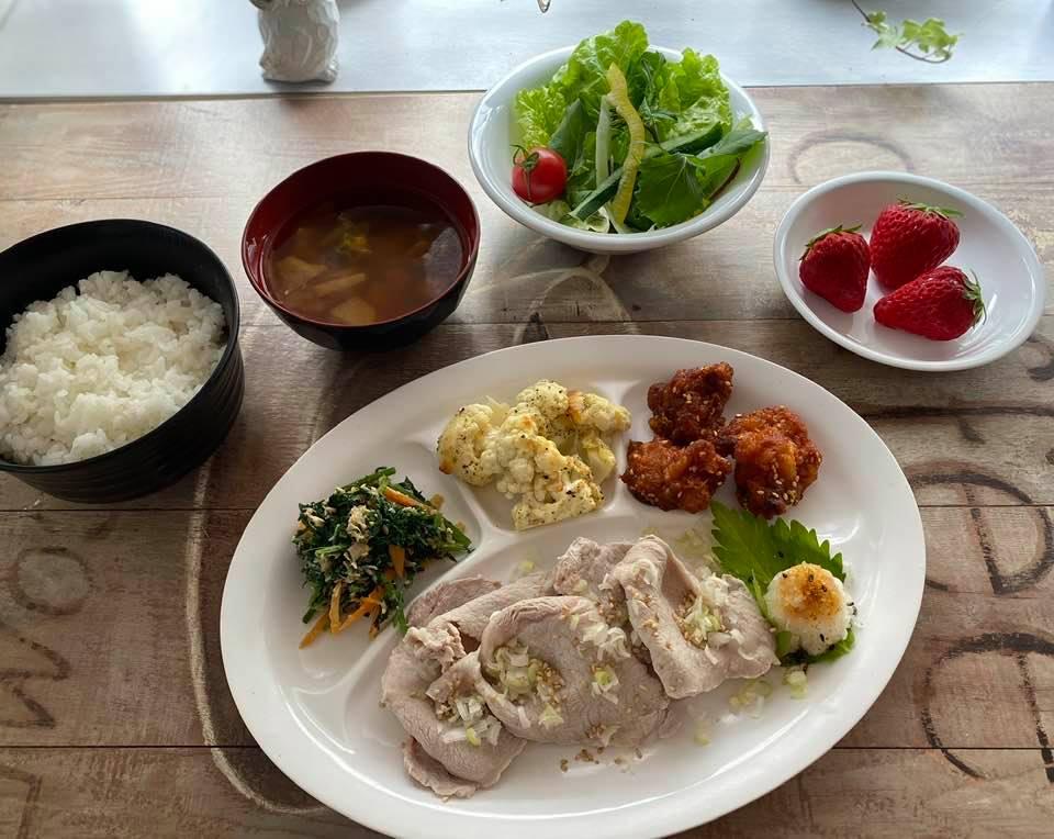 28日の夕食 ヤンニョムチキン、豚しゃぶ、人参の葉とツナの和え物、カリフラワーのチーズ焼きほか。