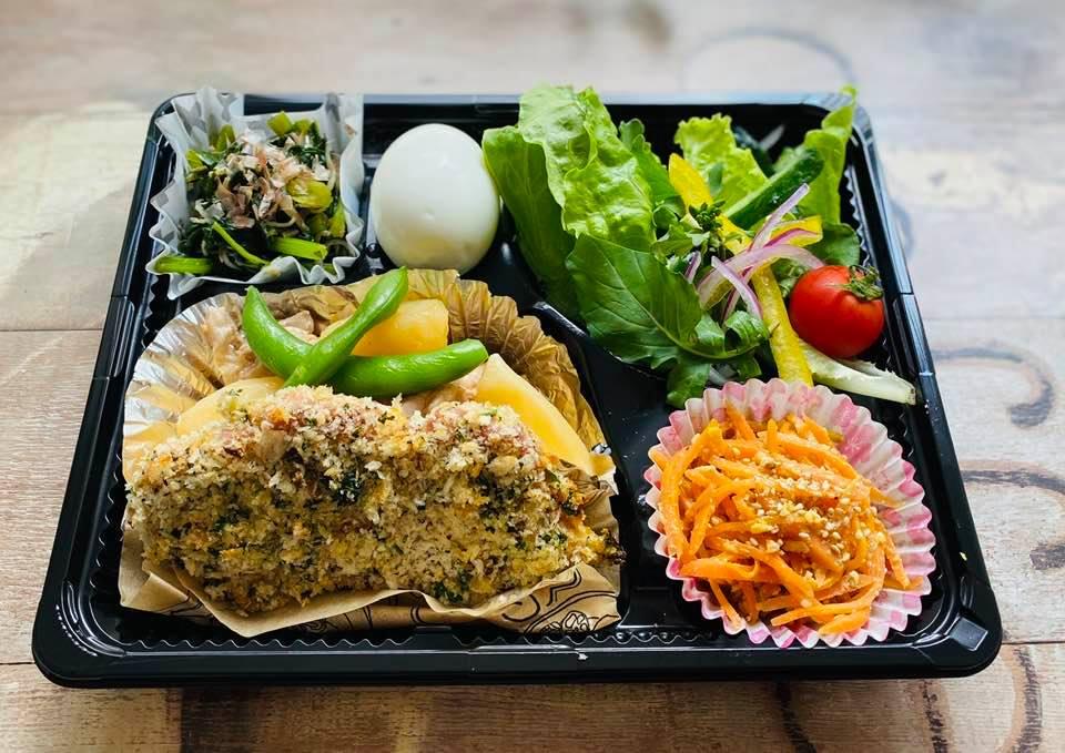 28日のランチボックス 鶏肉とじゃがいもの煮物、豚肉のパン粉焼き、人参しりしり、かぶの葉としらすの金平ほか。
