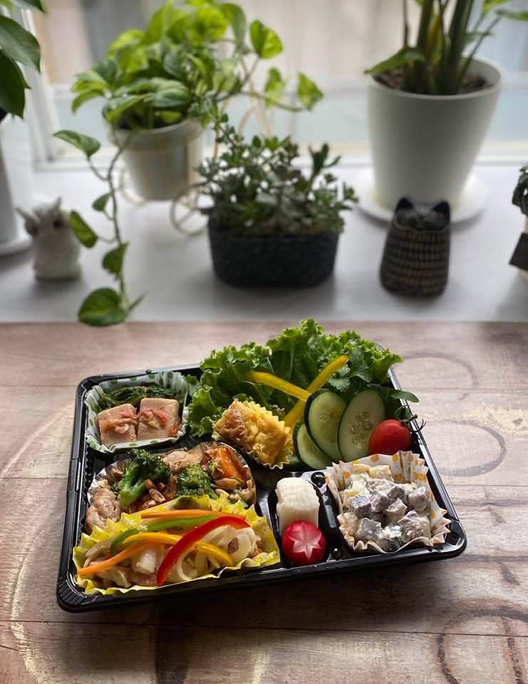 5月20日の昼食は鷄、豚、卵、豆、乳といろいろなたんぱく質食材を使用したメニュー。