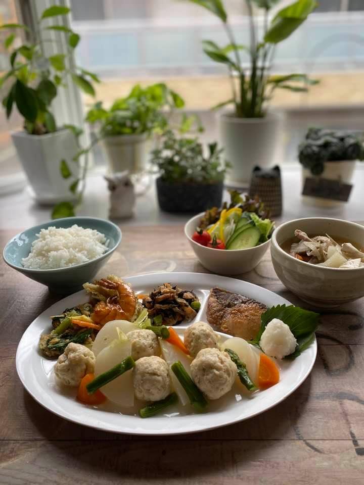 5月16日、アルバルク東京の選手宅へお届けしたお弁当(おにぎり、豚汁、鶏団子とかぶの柚子胡椒煮など)と夕食です。
