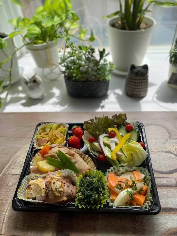 5月15日のお弁当は鶏肉のハーブロースト、肉じゃが、大根と人参のグラッセなど