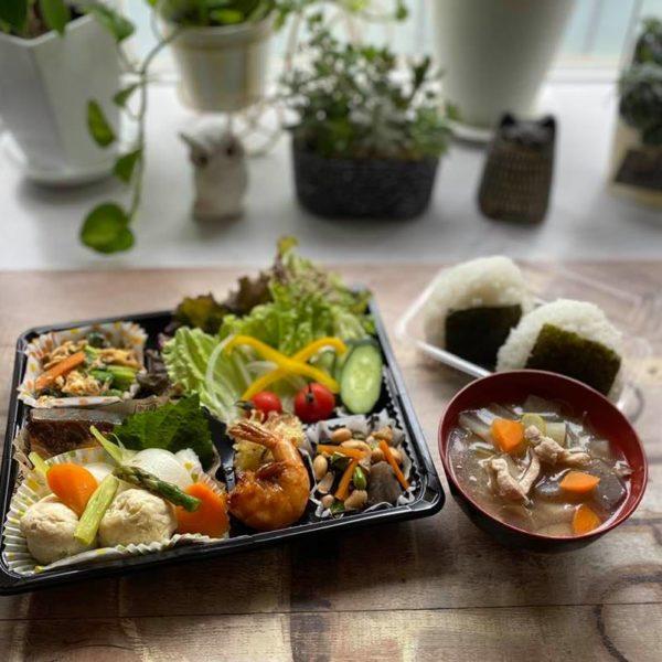 5月16日、選手へお届けしたお弁当(おにぎり、豚汁、鶏団子とかぶの柚子胡椒煮など)と夕食です。