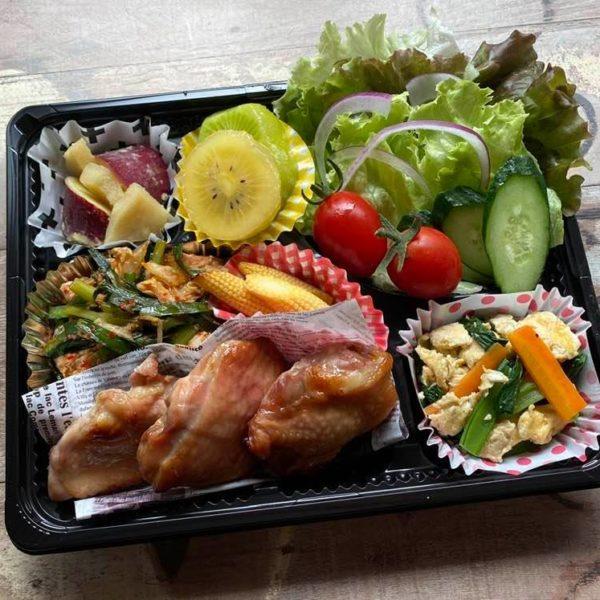 5月27日、選手の健康を支える食事(照り焼きチキン、豚キムチ、十六穀米など)をお届けしました