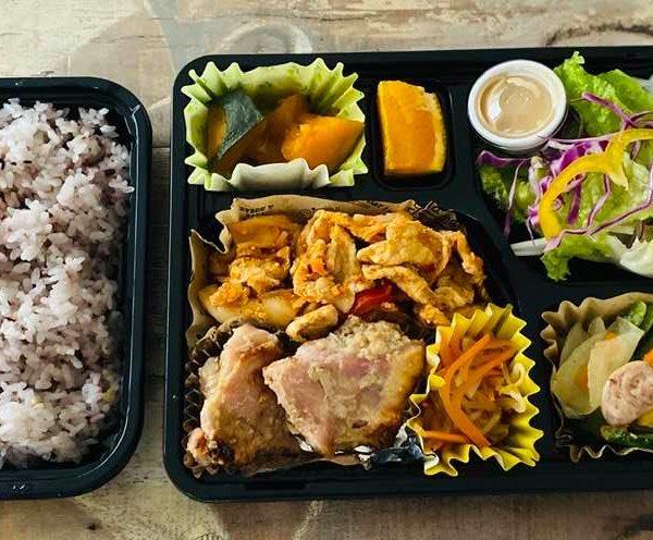 6月25日、ヤクルトラグビー部のお弁当(鶏もも肉の胡麻味噌焼き、豚キムチ、ソーセージと小松菜のバターソテー etc...)
